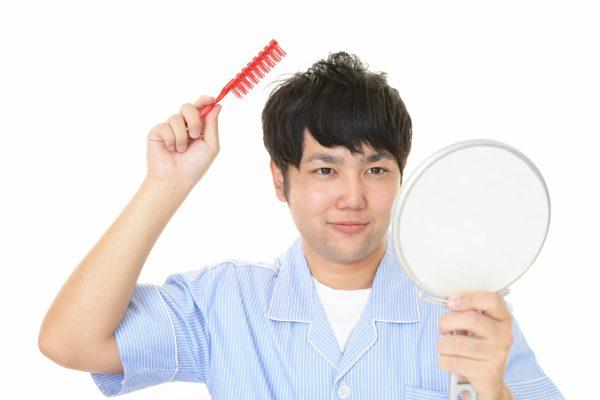 髪をセットする男性