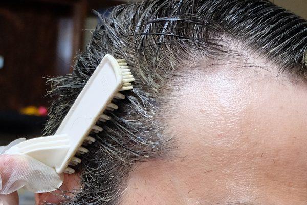 白髪染めをする男性