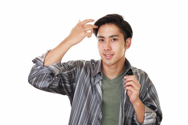 前髪を触る男性