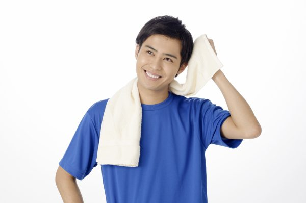 タオルで髪を拭く男性
