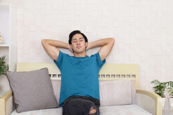 ソファーでくつろぐ男性