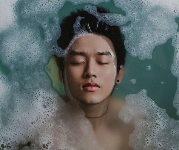 風呂につかる男性