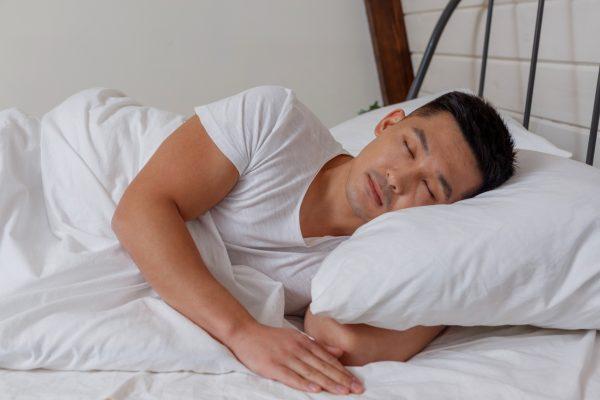 ベッドで眠る男性