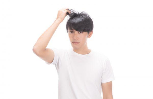 髪を気にする男性