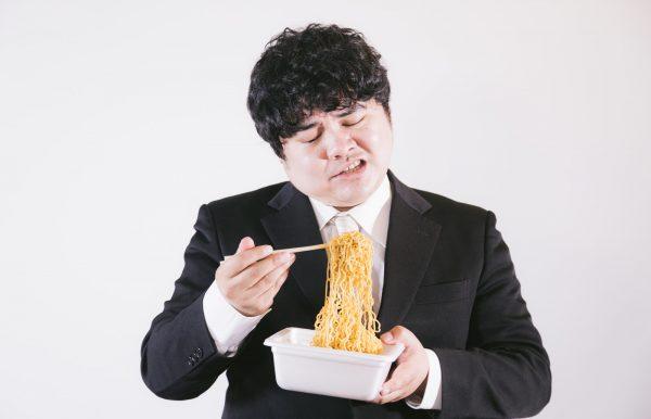ジャンクフードを食べる男性