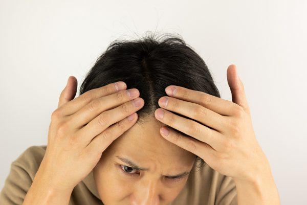 頭皮が脂っぽくなる原因とは? どんな症状が起きるの?|おすすめの対策方法を紹介!