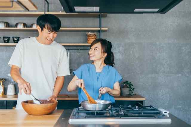 料理をする男女