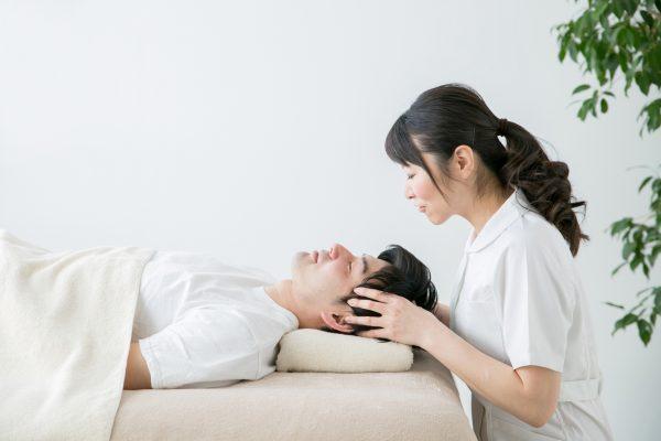頭皮マッサージを受ける男性