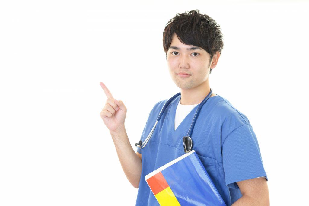人差し指を立てる男性医師