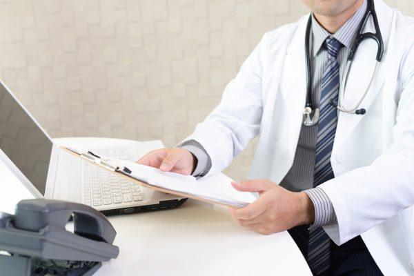 カウンセリングをする男性医師
