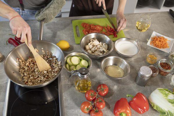 料理をしている様子の画像