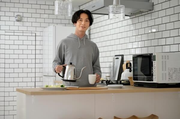 食事の準備をする男性